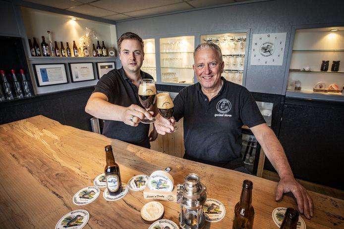 Het aantal bierbrouwerijen in Twente is explosief gestegen. Van 16 naar 48 in een paar jaar tijd. Richard Hassink is één van die nieuwe bierbrouwers. Samen met zijn schoonzoon Stefan Kooistra brouwt hij Dinkelbier.