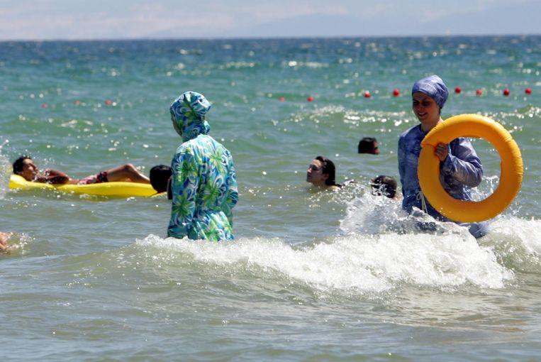 Twee dames in boerkini in de zee. Beeld AFP