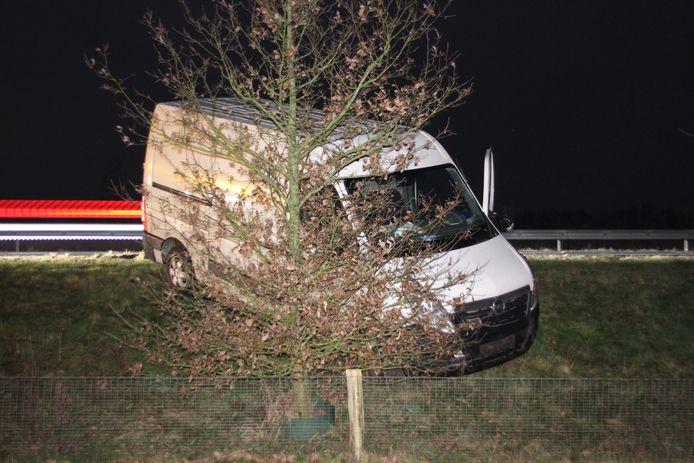 De bestuurder heeft de macht over het stuur verloren en is tegen een boom gebotst.