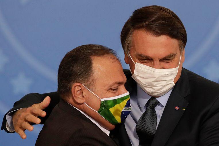 De Braziliaanse president Jair Bolsonaro (rechts) met zijn inmiddels ontslagen minister van Volksgezondheid, Eduardo Pazuello, in september 2020. Beeld AP