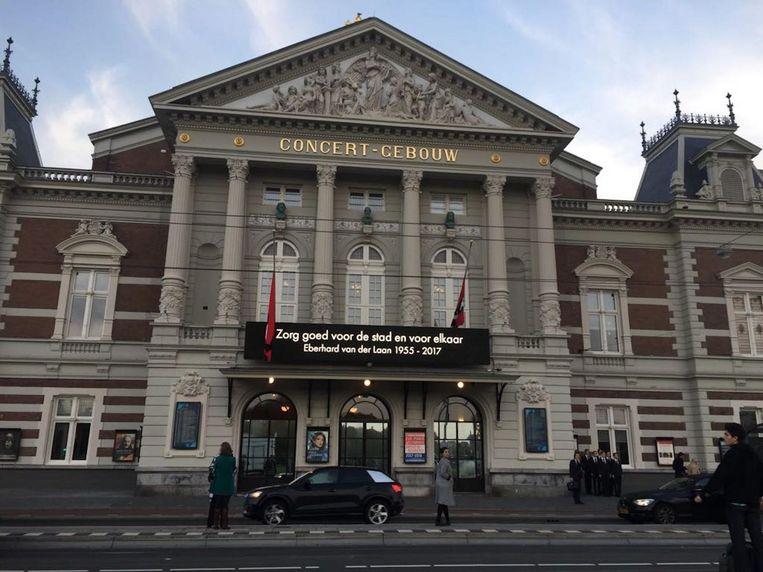 Op de gevel van het Concertgebouw is de boodschap van Van der Laan aan de stad te lezen Beeld Vera Spaans