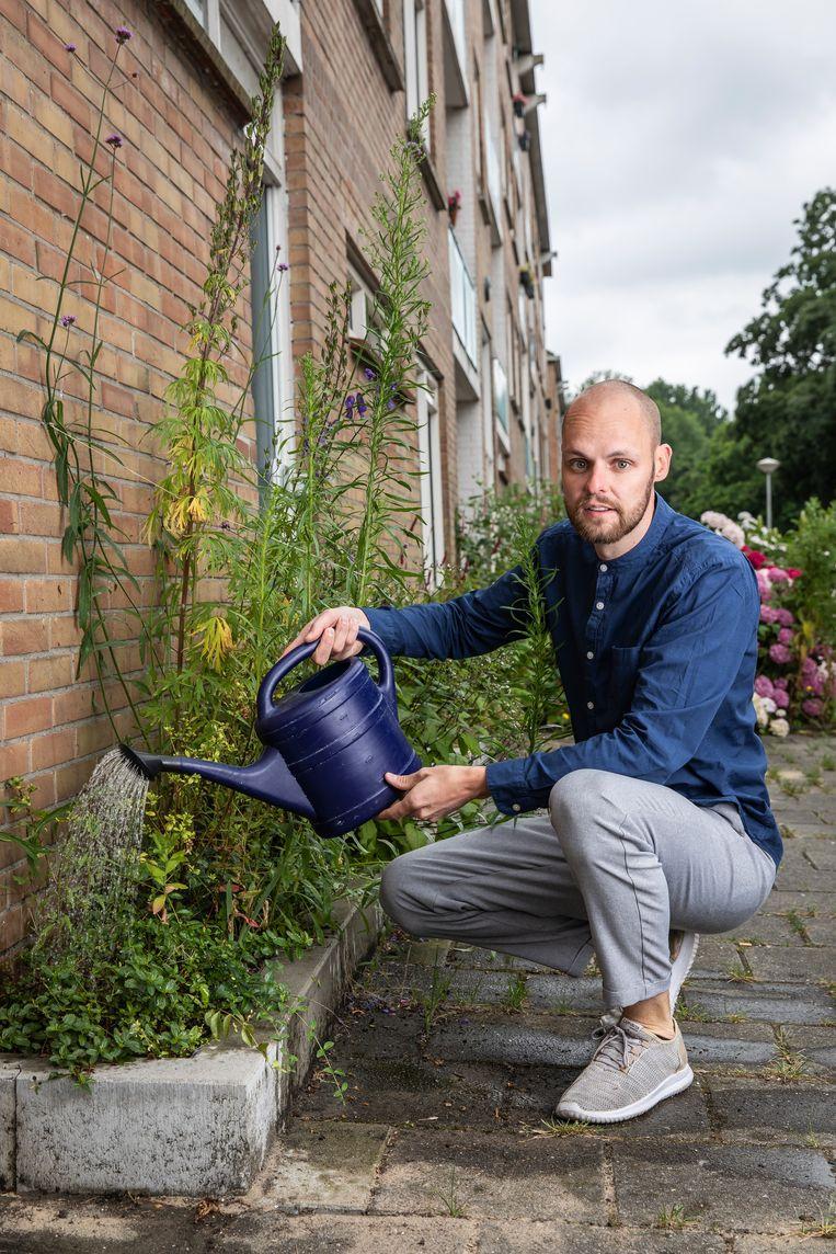 Jasper Hoogendoorn wist vijftig buurtbewoners warm te maken voor een eigen geveltuintje in Nieuwendam. Beeld Dingena Mol
