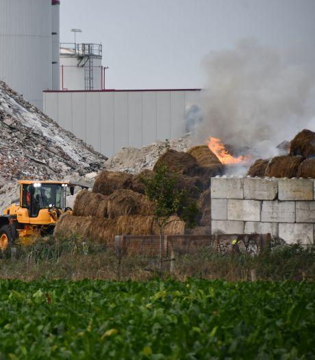 Brand in stapel hooibalen Terneuzen onder controle na een dag lang bluswerk