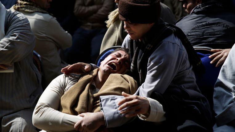 Een Egyptische vrouw rouwt om de gedode koptische christenen. Beeld AP