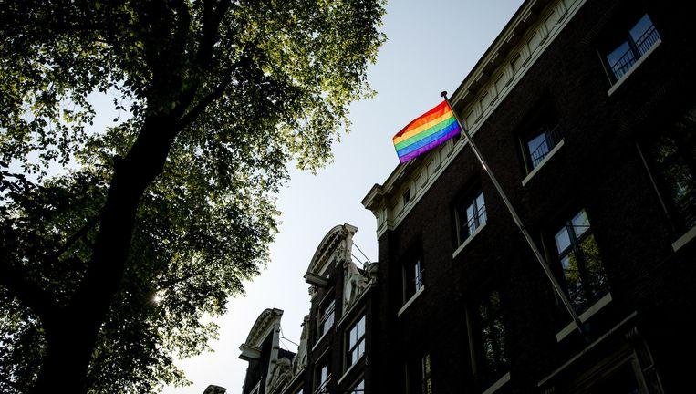Een regenboogvlag wappert aan de ambtswoning van de burgemeester in Amsterdam Beeld anp