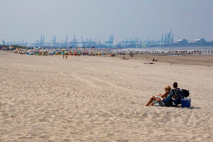 Recreanten genieten van de rust op het strand bij Arendsduin tussen 's-Gravenzande en Monster. In de verte de drukte op Slag Beukel in 's-Gravenzande.
