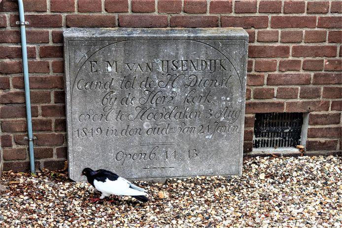 De grafzerk van Bert van IJsendijk, tegen de zuidmuur van de Dorpskerk.