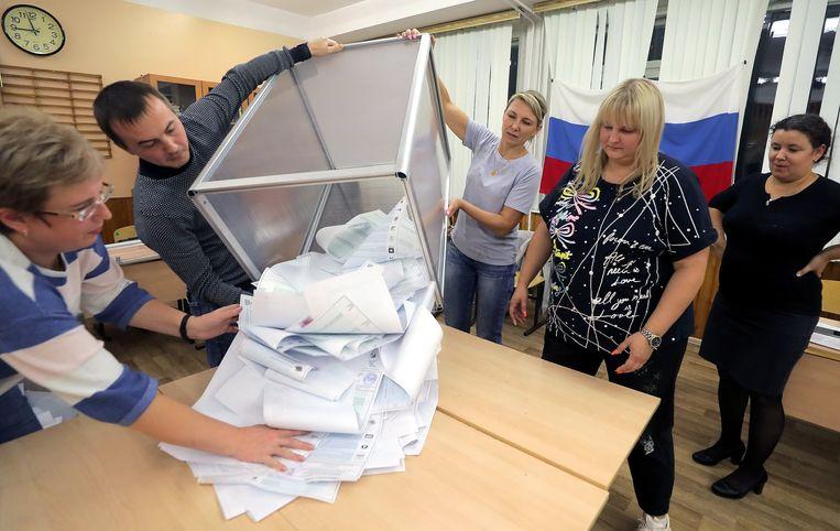 Stemmentelling in Moskou. Volgens een exitpoll heeft Verenigd Rusland 45 procent van de stemmen gekregen. Beeld EPA