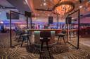 Coronaproof gokken met behulp van schermen in de Holland Casino-vestiging in Enschede.