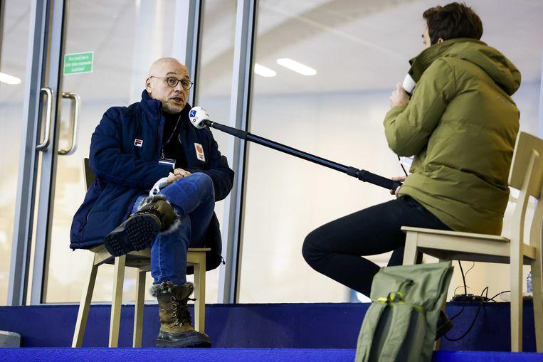 Maurits Hendriks in een interview met NOS tijdens het WK afstanden schaatsen in Thialf. Hendriks stopt na de Winterspelen in Peking begin 2022 als technisch directeur van NOCNSF.  Beeld ANP