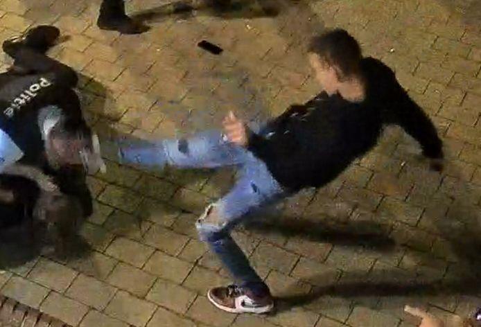 Op bewakingsbeelden was vorige zomer  te zien hoe een jongeman tegen het hoofd van een politieman schopt in Knokke in de buurt van het Alfred Verweeplein.