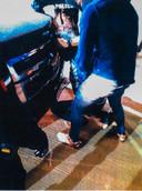 Ridouan Taghi wordt tegen een SUV aangezet, waarna hij in een vliegtuig wordt gezet dat hem naar Nederland vliegt.