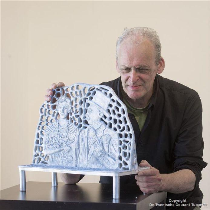 Kunstenaar Carel Lanters met het voorbeeld van zijn bank met 'Menthol en Roosje'.