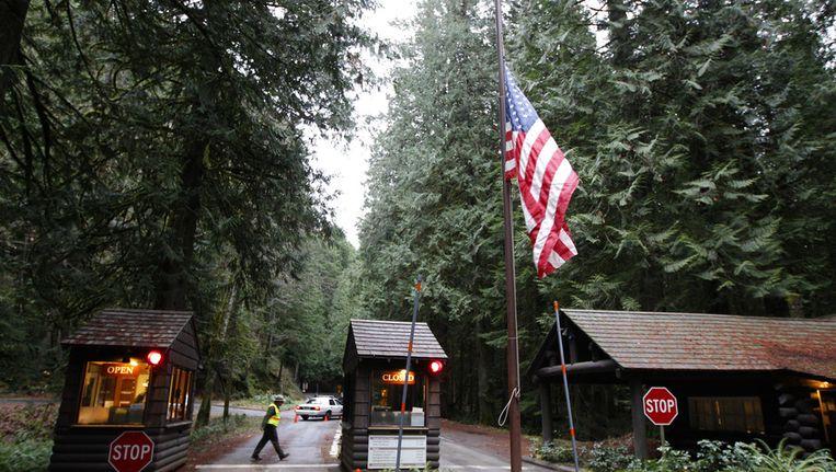 De vlag hangt halfstok bij de ingang van het Mount Rainier National Park na de moord op een park ranger, Beeld ap