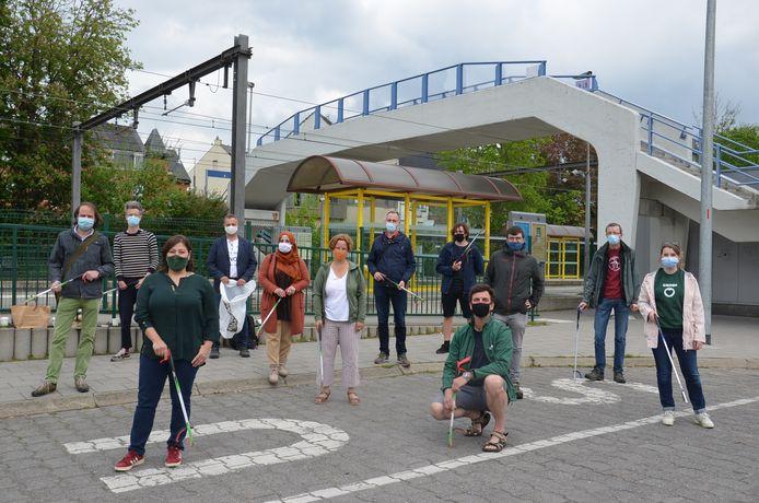 Nationaal Groen-voorzitter en Vlaams parlementslid Meyrem Almaci is vrijdag naar Ninove afgezakt om samen met lokale afdelingen zwerfvuil te ruimen en tegelijk de invoering van statiegeld op blikjes te vragen.
