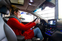 Marleen met haar 'haar op zolder', zoals ze dat zelf zegt. Voor langere bestuurders houdt de hoofdtruimte in de gestroomlijnde Hyundai Ioniq Electric niet echt over.