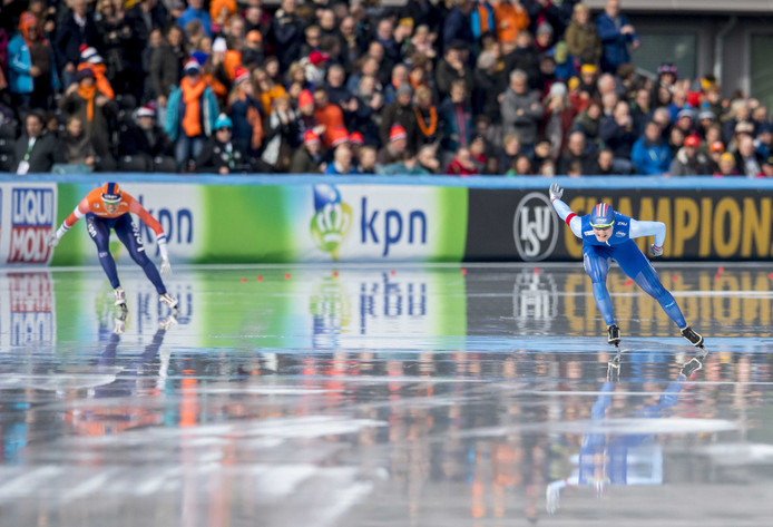 Sverre Lunde Pedersen (rechts) in duel met Patrick Roest. Op de achtergrond de KPN-reclameborden.