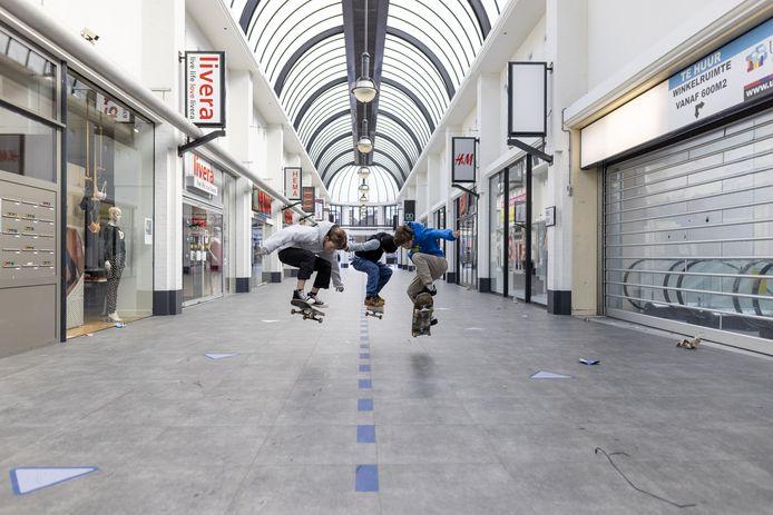 Voetjes van de vloer:  Waarom zou je kou lijden op een winderige skatebaan als je ook de uitgestorven, maar gerieflijk overdekte winkelpassage in hartje Almelo kunt gebruiken om je skills te tonen?