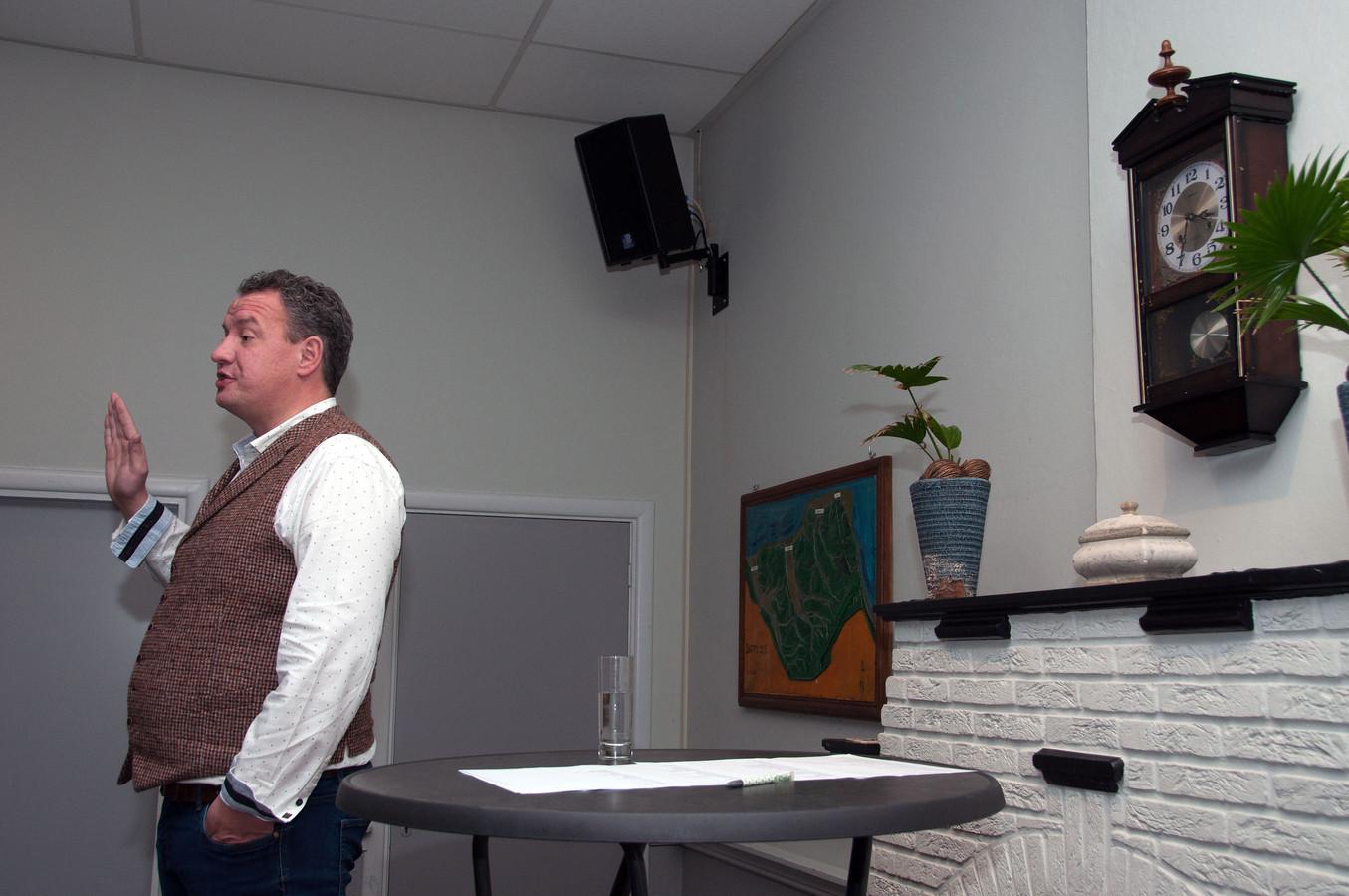 Maikel Harte vraagt het publiek de geheimhoudingseed af te leggen.