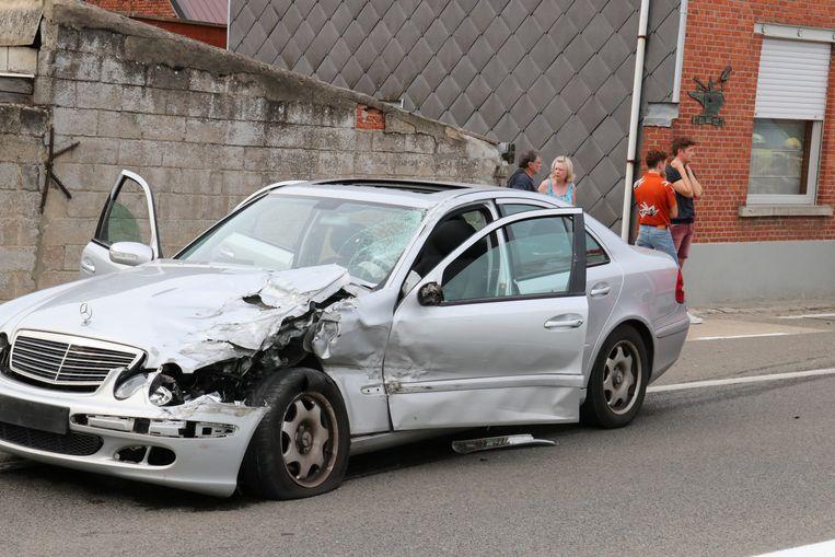 De Mercedes die uit de tegenovergestelde richting kwam raakte ook zwaar beschadigd, maar de inzittenden raakten enkel lichtgewond.