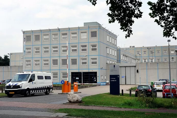 De PI Arnhem-Zuid, in de volksmond beter bekend als de Blue Band Bajes.