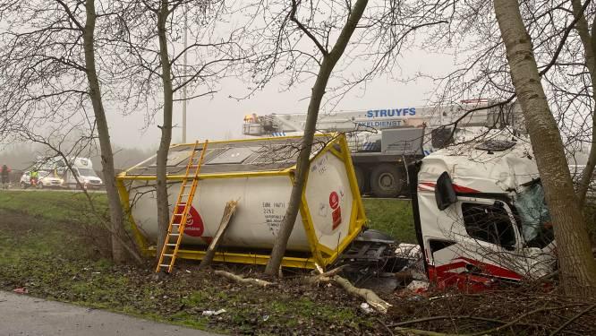 Tankwagen in gracht op E313 bij Ranst zorgt voor file richting Antwerpen: verkeer moet over linkerrijstrook