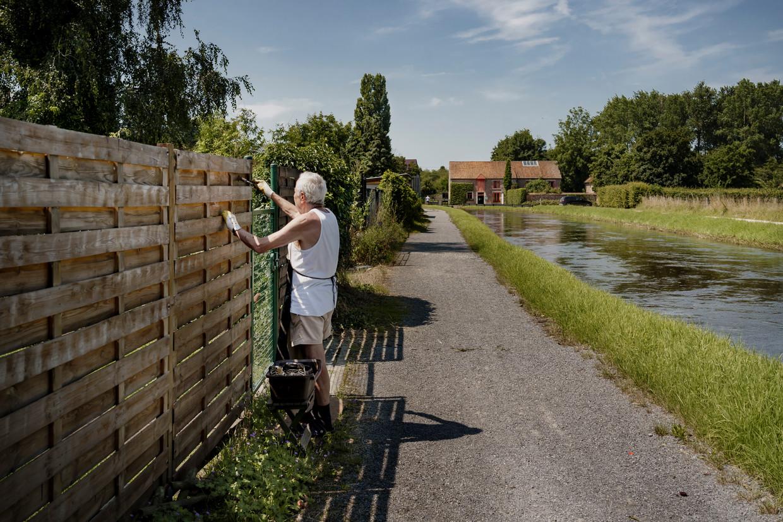 André Bynens,' Ivo voor de vrienden', schildert het hek.