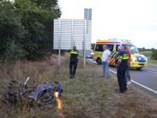 Motorrijder raakt van de weg en mist verkeersbord op haar na