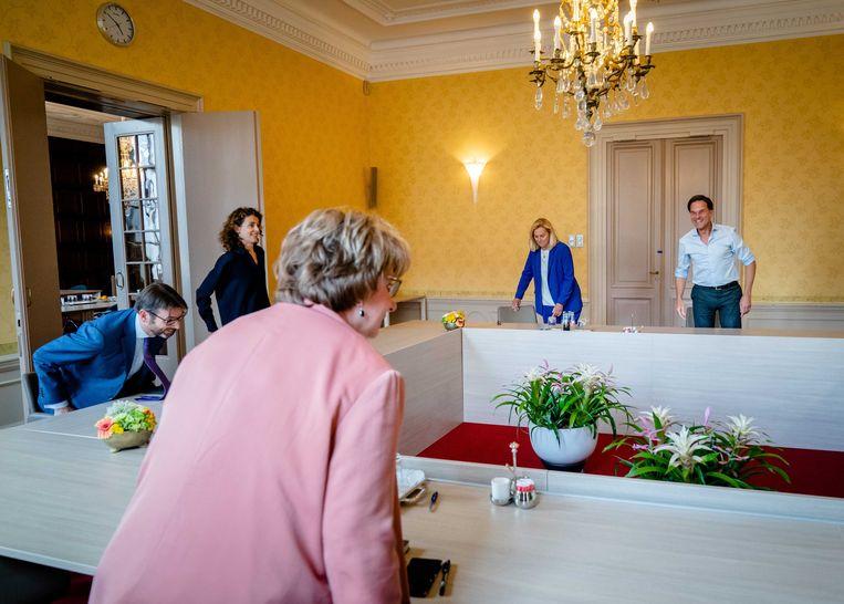 Informateur Mariette Hamer ontvangt (VLNR) Sophie Hermans (VVD), Steven van Weyenberg (D66), Sigrid Kaag (D66),  Mark Rutte (VVD), Rob Jetten (D66) en Mark Harbers (VVD). VVD en D66 gaan het proef-regeerakkoord schrijven waarbij partijen zich moeten aansluiten.  Beeld ANP / Bart Maat