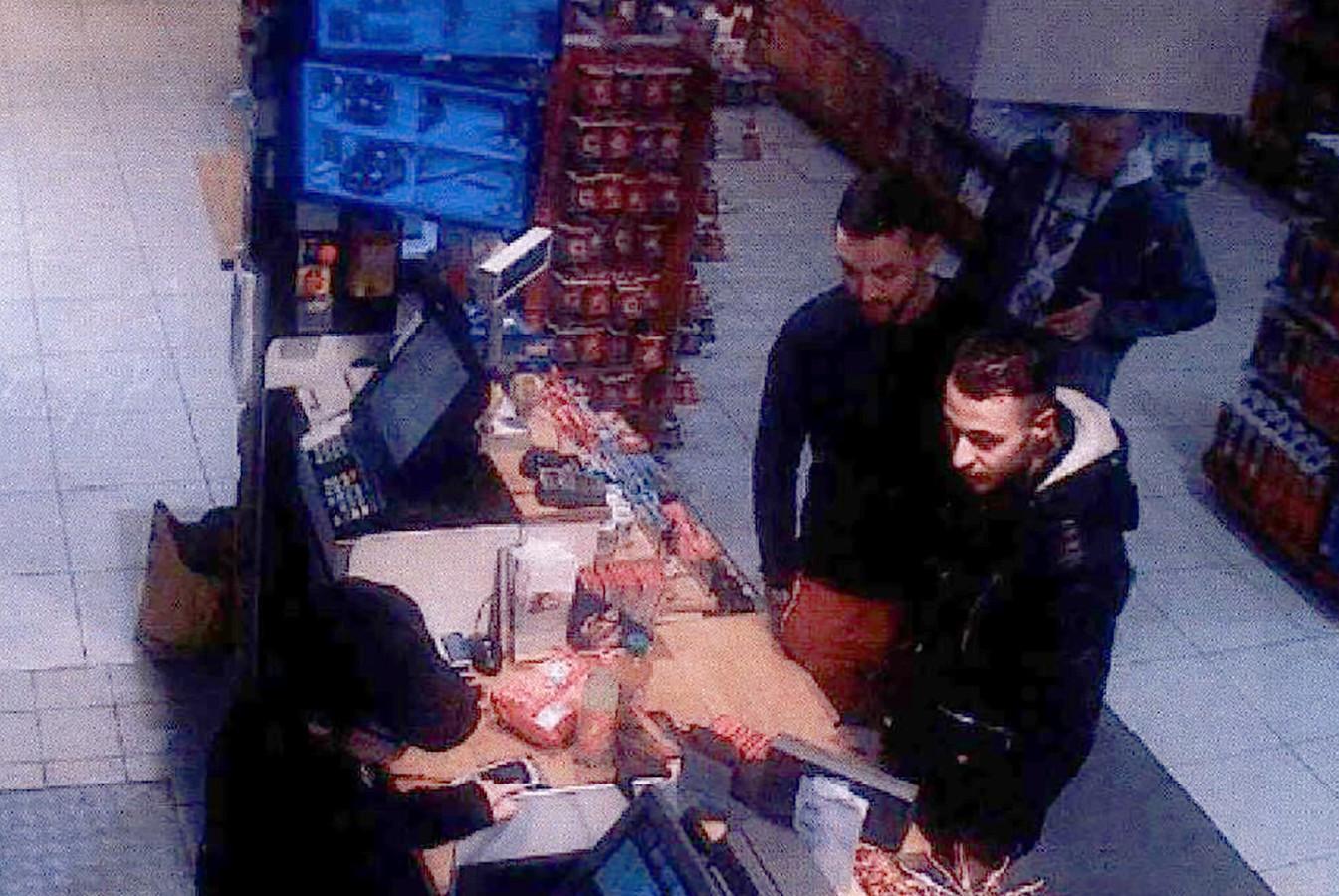 Salah Abdeslam en Mohammed Abrini samen in een tankstation twee dagen voor de aanslag in Parijs