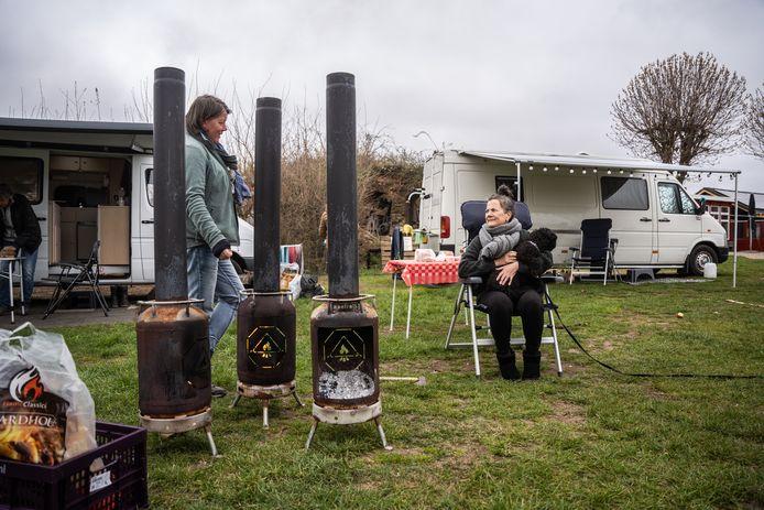 Kamperen met Pasen. Dat op Camping Oosterbeeks Rijnoever een vuurtje mag worden gestookt, komt goed uit.