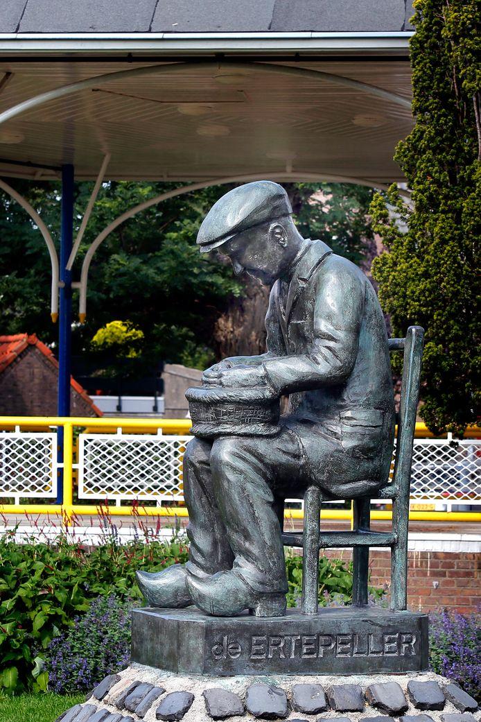 Het bronzen beeld van de ertepeller werd in 1977 onthuld nabij winkelcentrum De Meent, maar toen dat gesloopt en herbouwd werd verkaste het naar zijn nieuwe stek aan de Eilandstraat.