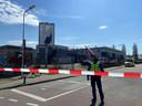 Met linten is het gebied rondom de brand op de hoek Westervoortsedijk-Badhuisstraat in Arnhem afgezet.
