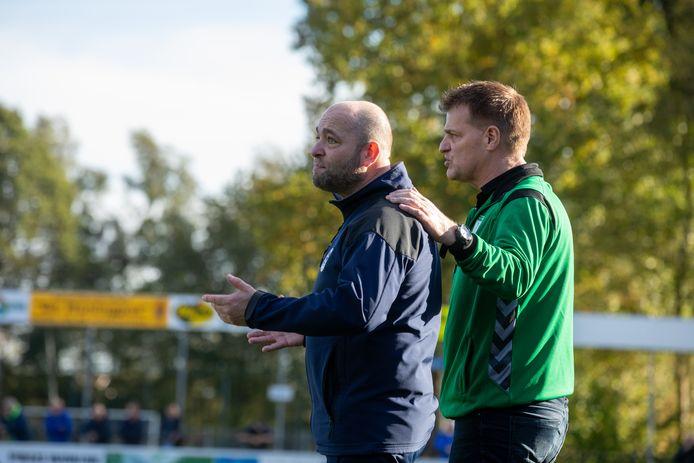 Robert Slinkman (l) gaat door als trainer van Diepenveen.