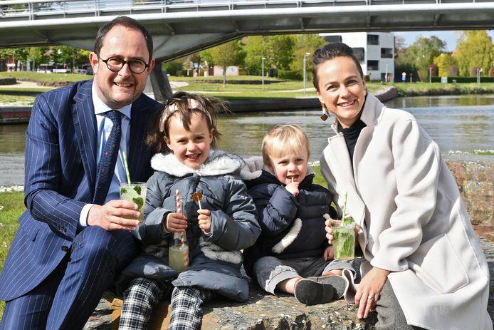 Vincent Van Quickenborne bij Bar Amorse, samen met zijn vrouw Anouk Sabbe en kinderen Bo en Scott. Vincent en Anouk genieten van een mojito, de kinderen van een frisdrank. Op de achtergrond zie je de Leie en de Groeningebrug