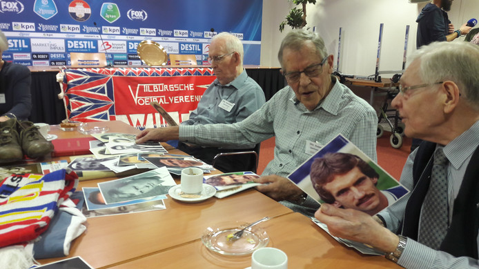Deelnemers Harrie Hessels (r) en Piet Kolen proberen tijdens Football Memories het beste Willem II-team ooit samen te stellen.