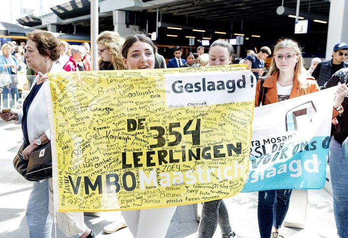 Leerlingen van het VMBO Maastricht die te horen kregen dat hun eindexamens ongeldig waren verklaard op het station van Den Haag onderweg naar Minister Slob