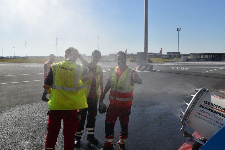 Brandweer van de luchthaven van Zaventem zorgt voor verfrissing voor de medewerkers op tarmac.
