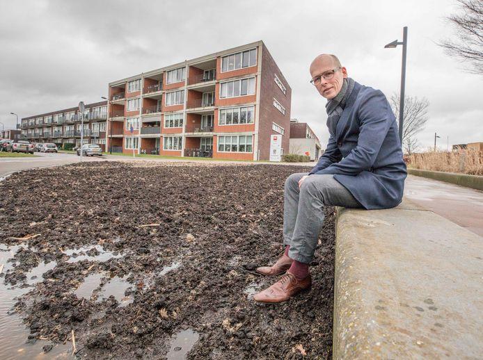 Wethouder Maarten Both  bij het nieuwe plantsoen aan het Moerplein in Yerseke. Vorig jaar lagen hier nog stenen.