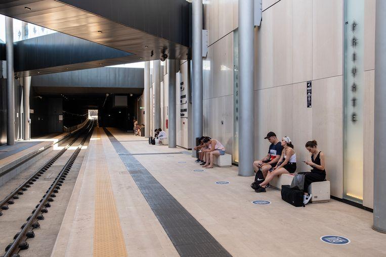 Het nieuwe Centraal Station van Matera is volgens critici vooral een façade. Alles glimt en schittert, maar er vertrekt slechts één boemeltje per halfuur, naar Bari. Beeld Giulio Piscitelli