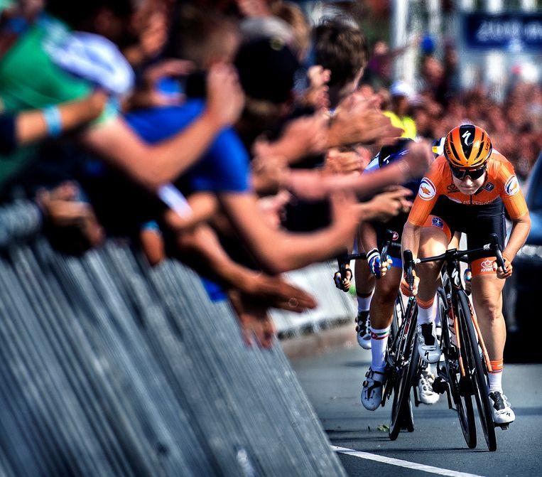 De Nederlandse Amy Pieters sprint op de EK in Alkmaar naar de winst tijdens de wegrace.  Beeld Klaas Jan van der Weij