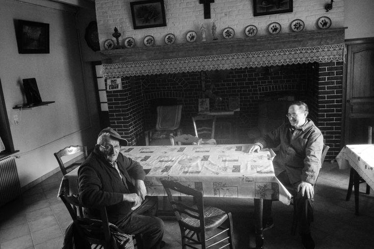 In hun huis in Berten is er altijd volk over de vloer. Ignace (rechts) praat de buurman bij. Beeld Thomas Sweertvaegher