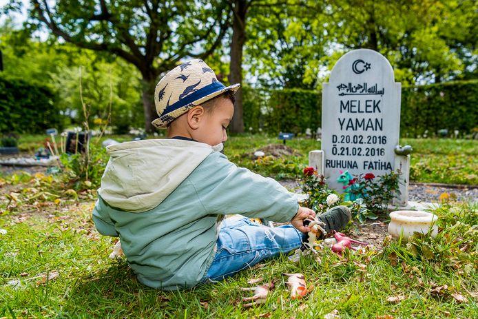 De 2-jarige Can speelt wekelijks bij zijn zusje, dat begraven ligt op De Essenhof in Dordrecht.