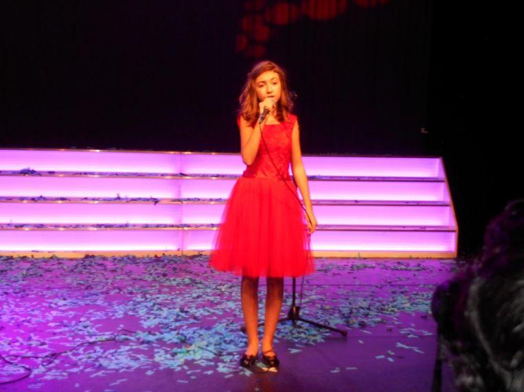 Roemeense Idols ster Elena Hasna houdt zich goed staande
