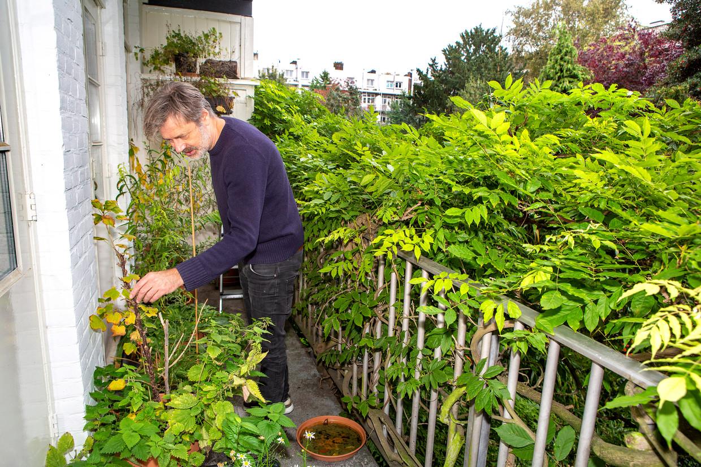 Caspar Janssen op zijn balkon, 22 oktober.  Beeld Najib Nafid