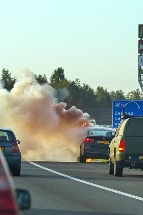 Auto spontaan in brand op A50 bij Uden