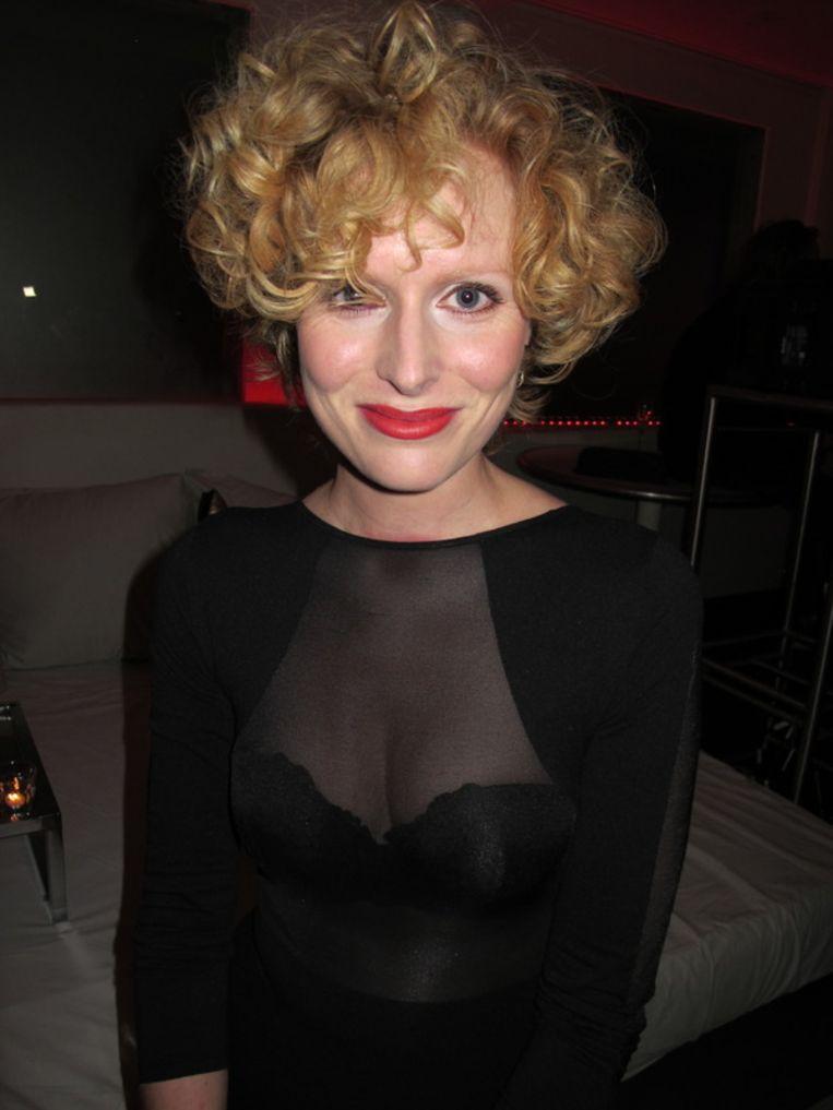 Jolanda van den Berg, actrice en vriendin van Birgit, draagt Birgits bh (cadeautje). Beeld