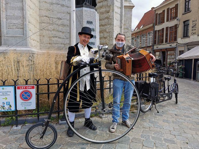 Steven Cannoot bij zijn aankomst aan de Sint-Martinusbasiliek in Halle, samen met accordeonist Klaas, waarmee hij vaak op pad is voor Poppentheater Ja-Ja.