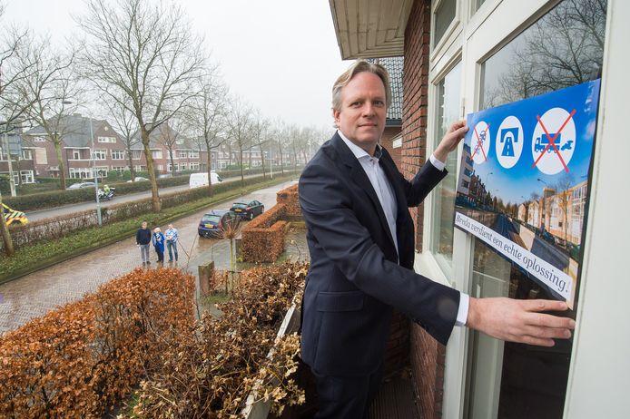 Maart 2018: Lawrence van Woensel hangt een actieposter op het raam van zijn woning aan de Franklin Rooseveltlaan in Breda, aan de Zuidelijke Rondweg.