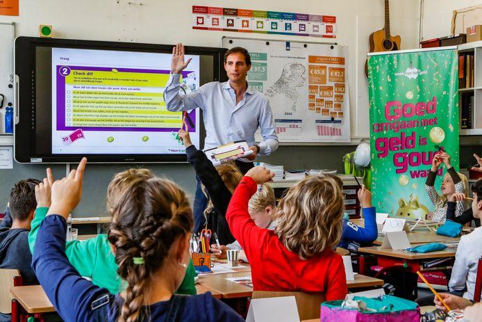 Minister Wopke Hoekstra voor de klas in Deventer.